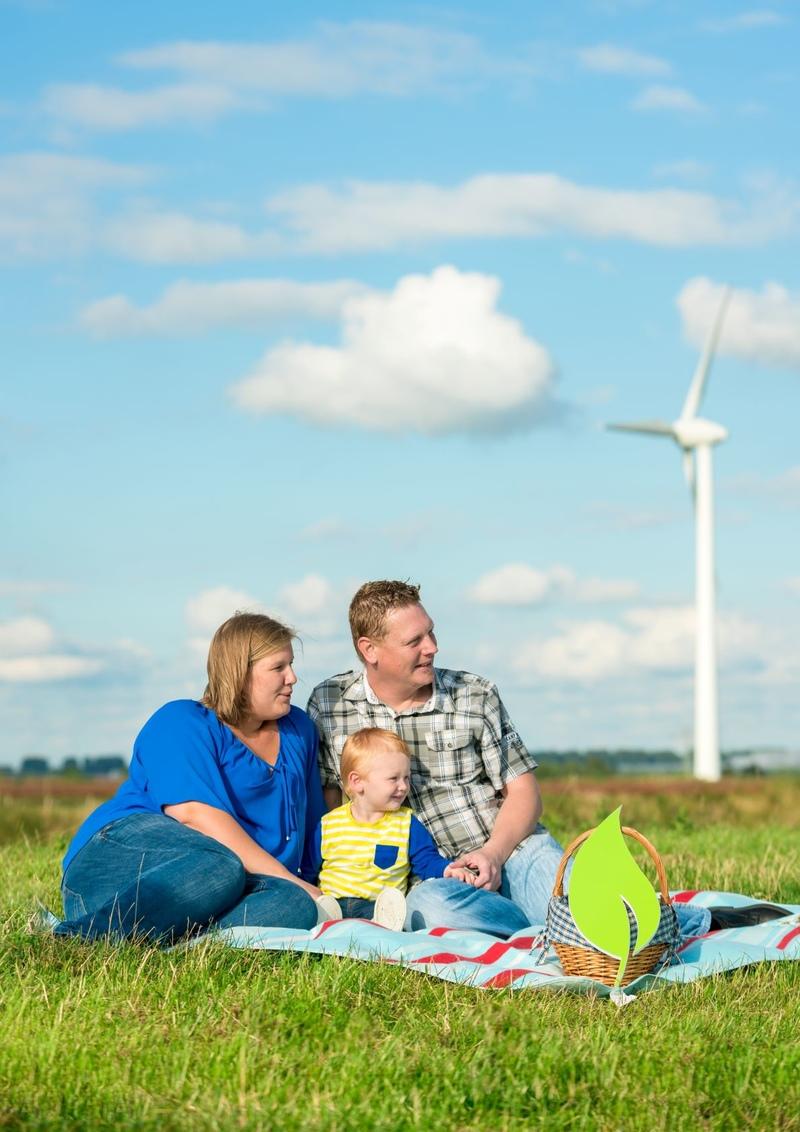 Familie am Deich mit Windanlage